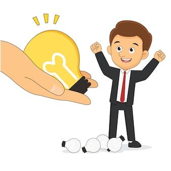 Concetto di affari di dare un'idea creativa. le mani che aiutano danno l'idea delle lampadine