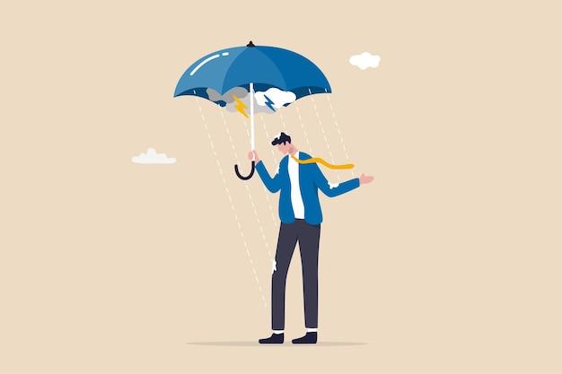 Disastro o crisi aziendale, troppi problemi e fallimenti, pesce d'aprile o depressione e concetto di salute mentale, immergere l'uomo d'affari in piedi bagnato sotto l'ombrello fallito in un giorno di pioggia.