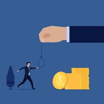 Camminata piana dell'uomo di concetto di affari sopra a metafora della corda della tenuta della mano e dei soldi della trappola.