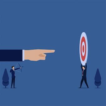 L'obiettivo piano della tenuta dell'uomo di concetto di vettore di affari per il responsabile mirare con la metafora della freccia di fornire l'obiettivo.
