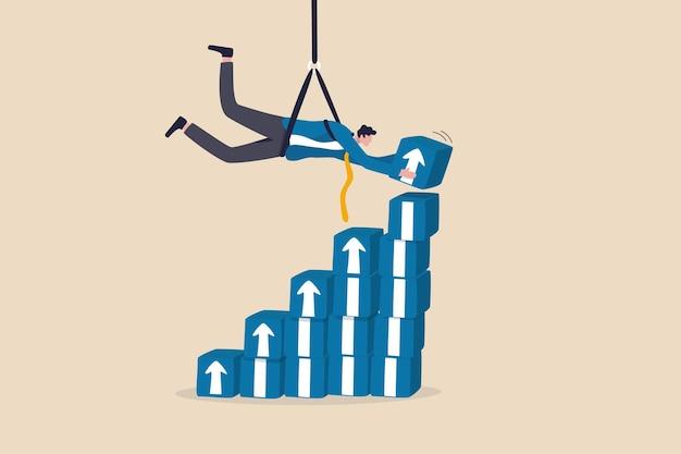 Crescita aziendale o aumento del profitto degli investimenti, percorso di carriera o sviluppo delle competenze, sforzo e sfida per crescere nel concetto di business, uomo d'affari appeso sopra la scatola impilabile della freccia di crescita che sale.
