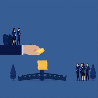 La mano di affari ha messo la moneta sopra la metafora della trappola dell'orso della gestione e della strategia del rischio.