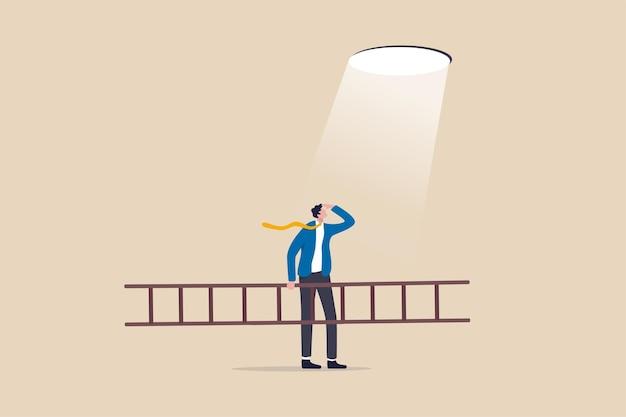 La speranza aziendale di risolvere il problema della crisi, il piano e la strategia per raggiungere il successo, la scala del concetto di successo, l'uomo d'affari che tiene la scala guardando la luce della speranza che pianifica di arrampicarsi e fuggire attraverso il buco.
