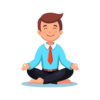 Uomo d'affari che fa yoga. lavoratore seduto nella posizione del loto padmasana, meditando, rilassarsi, calmarsi e gestire lo stress