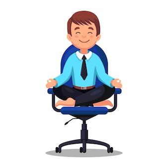 Uomo di affari che fa yoga sul posto di lavoro in ufficio. lavoratore seduto nella posizione del loto padmasana sulla sedia, meditando, rilassarsi, calmarsi e gestire lo stress