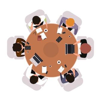 Vista dall'alto di riunione d'affari. lavoratori d'ufficio che fanno brainstorming o si incontrano alla tavola rotonda. vista del concetto di lavoro di squadra dall'alto.