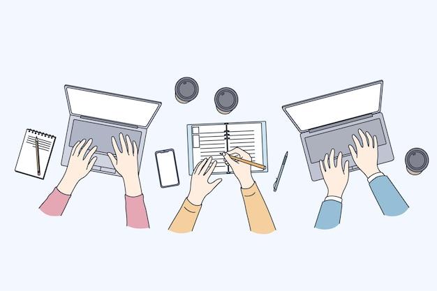 Incontro di lavoro con illustrazione di laptop, vista dall'alto