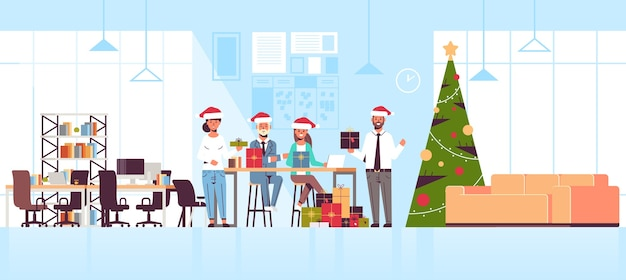 Uomini d'affari che celebrano la festa aziendale colleghe in possesso di scatole regalo presente buon natale felice anno nuovo concetto di vacanze invernali interni ufficio moderno