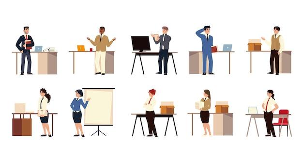 Caratteri di persone di affari che lavorano in ufficio con presentazione della scheda computer scrivania