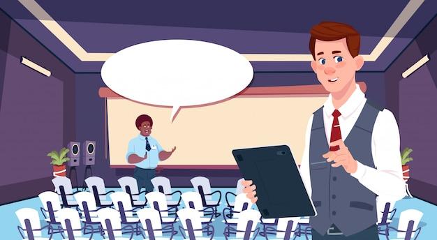 Uomini d'affari in chat nella sala riunioni