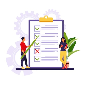 Uomini d'affari che controllano le attività completate e assegnano priorità alle attività nella lista delle cose da fare.