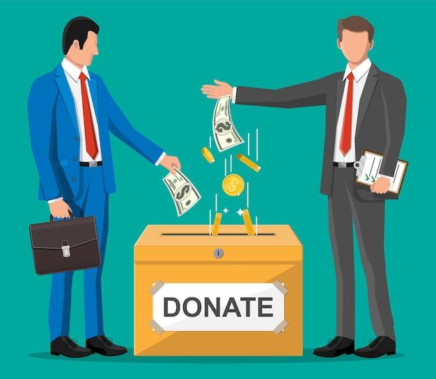Gente di affari vicino alla scatola e ai soldi di donazione