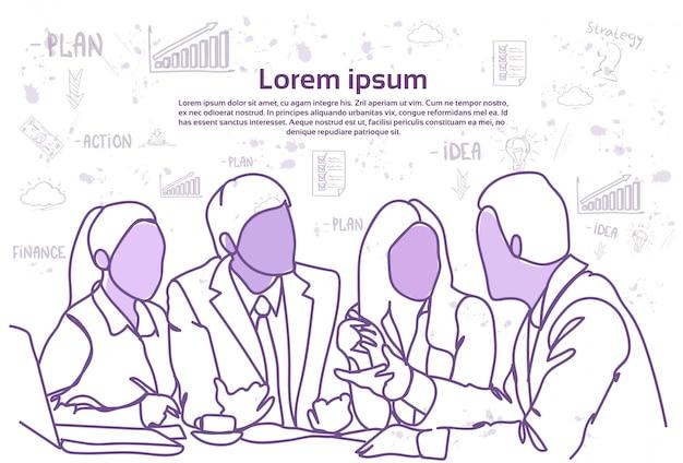 La gente di affari della squadra si siede insieme allo scrittorio discussione di comunicazione o riunione di brainstorming. modello di testo