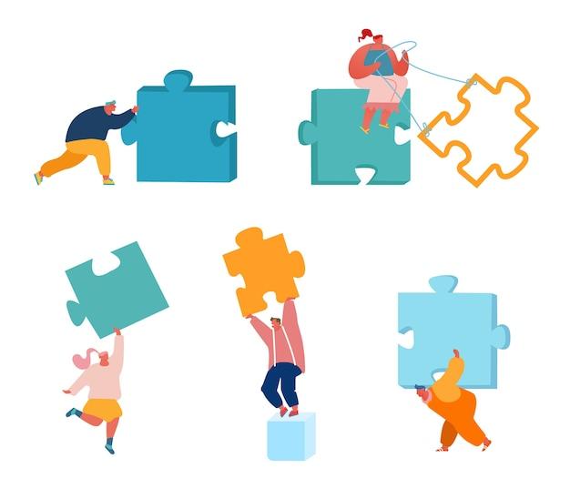 La gente di affari con enormi pezzi di un puzzle impostato isolato su sfondo bianco.