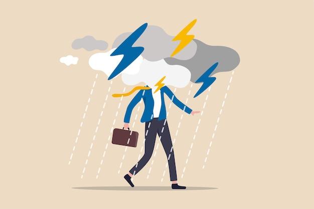 Problema aziendale, ostacolo o rischio da superare e avere successo, assicurazione o catastrofe e concetto di giorno lavorativo di disastro, uomo d'affari depresso che cammina con un temporale nuvoloso e piovoso intorno al viso