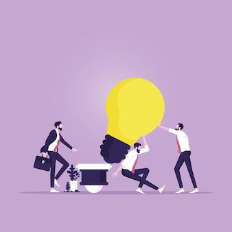 Squadra aziendale che solleva e spinge l'idea della lampadina verso l'obiettivo e il punto di successo