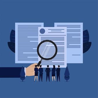 Il team aziendale vede i documenti con una metafora ingrandita di termini e condizioni.