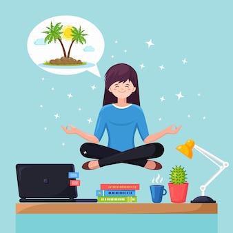 Donna d'affari che fa yoga, calma, rilassarsi e sognare una vacanza su un'isola tropicale