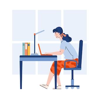 Donna d'affari o libera professionista che lavora al computer portatile a casa o in ufficio