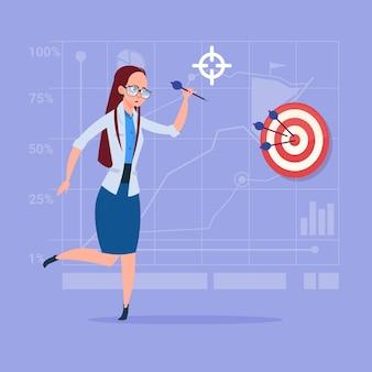 Obiettivo raggiunto con successo dell'obiettivo di colpo della freccia della tenuta della donna di affari