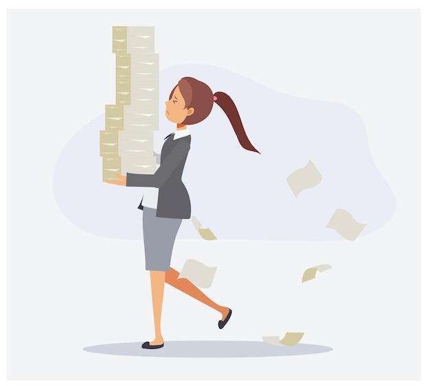 La donna di affari sta portando i documenti, donna di affari che trasporta una pila di carta. concetto di affari troppo lavoro di sovraccarico. illustrazione del personaggio dei cartoni animati di vettore piatto.
