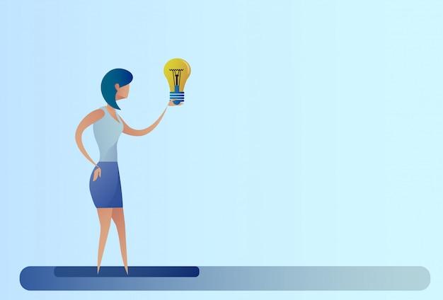 Lampadina della stretta di concetto di idea creativa della donna di affari nuova