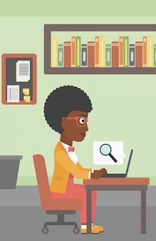 Donna d'affari che lavora sul suo computer portatile.