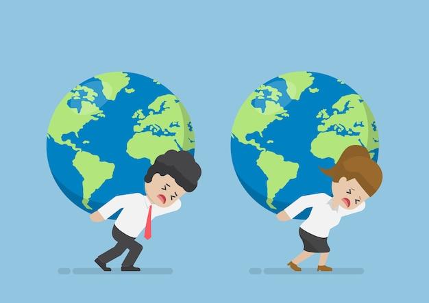 Uomo d'affari e donna d'affari portano il globo del mondo sulla schiena, la leadership aziendale e il concetto di responsabilità