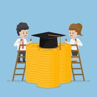 Uomo d'affari e donna d'affari salgono una scala per raggiungere il tetto di laurea in cima alle monete del dollaro, al prestito studentesco e al concetto di costo dell'istruzione