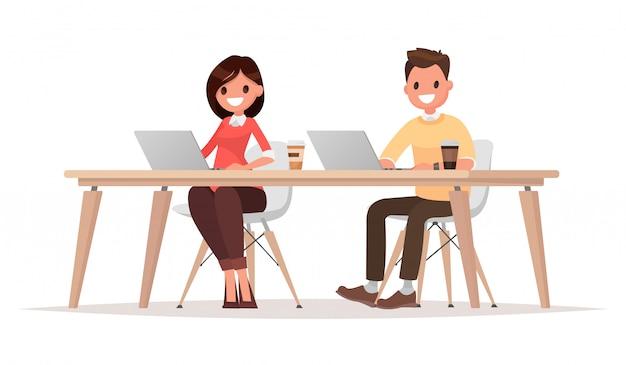 Uomo d'affari e donna d'affari per il comune computer di lavoro desktop.