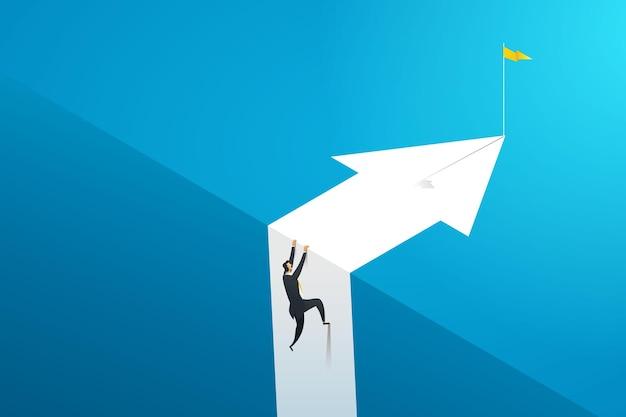 L'uomo d'affari che scala una scogliera per raggiungere il suo obiettivo gli ostacoli di affari sfidano la carriera di crescita