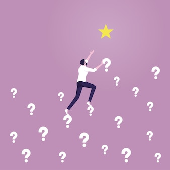 L'uomo d'affari scala il segno dei punti interrogativi per raggiungere la stella risolvi il problema per raggiungere l'obiettivo