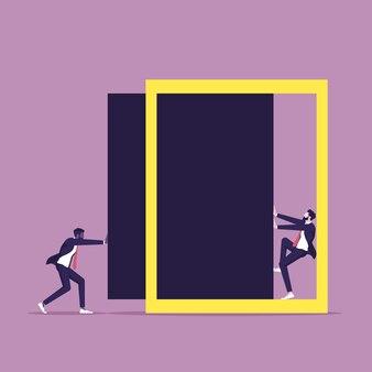 Uomo d'affari nell'angolo della cornice simbolo della lotta per la paura dello stress nella carriera