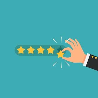 Uomo d'affari che dà cinque risposte di valutazione della stella