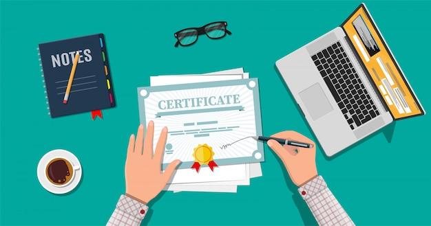 Certificato di segni mano uomo d'affari.