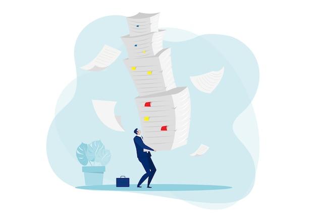 Lavoro duro dell'uomo d'affari con il mucchio del concetto di documenti.