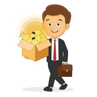 Uomo d'affari che tiene una scatola con un'idea della lampada