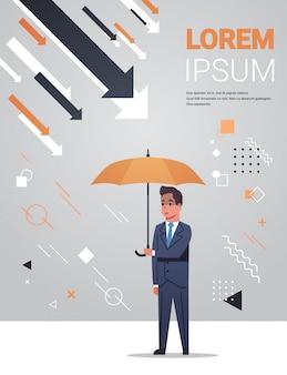 Le frecce economiche dell'ombrello della tenuta dell'uomo d'affari cadono lo spazio integrale verticale della copia di concetto di protezione di rischio di investimento di fallimento finanziario