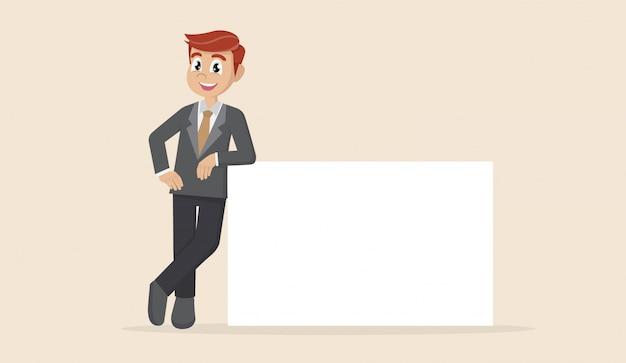 L'uomo d'affari sta appoggiandosi su un manifesto in bianco.