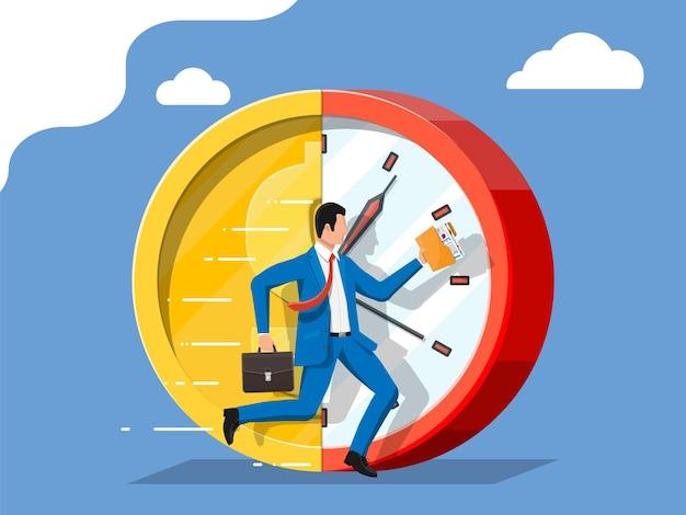 L'uomo d'affari sta funzionando sull'orologio della moneta del dollaro. orologio e moneta d'oro. fatturato annuo. il tempo è denaro.