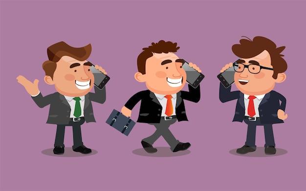 L'uomo d'affari sta parlando al telefono in diverse pose