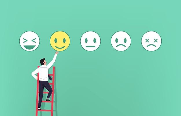 Uomo d'affari sulla scala che dà un feedback con il concetto di simbolo di emoticon