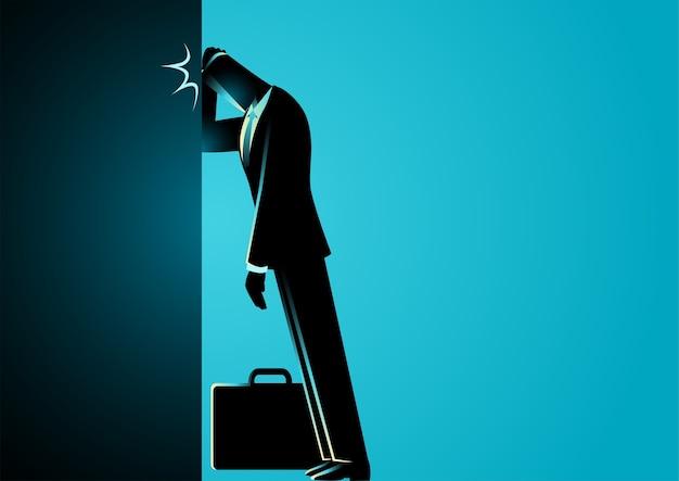 Uomo d'affari che si appoggia la fronte contro il muro, fallimento aziendale, stupido errore, concetto di rimpianto