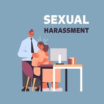 Uomo d'affari molestare le molestie sessuali dei dipendenti di sesso femminile al concetto di lavoro lussuriosi capo toccando le spalle della segretaria figura intera
