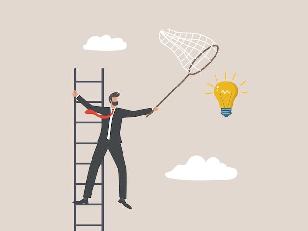 Imprenditore raccogliendo una grande idea nel cielo, il concetto di business