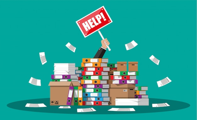 Uomo d'affari in un mucchio di documenti per ufficio
