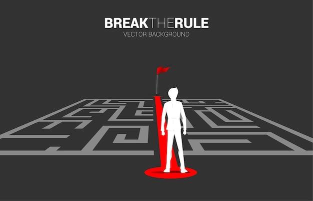 L'uomo d'affari sulla rotta rossa della freccia esce dal labirinto per contrassegnare. concetto di business per la soluzione dei problemi e la strategia di soluzione.