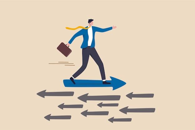 Uomo d'affari che guida la freccia in una direzione diversa different