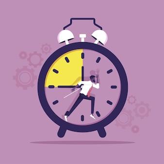 L'uomo d'affari corre come uno scoiattolo nella scadenza della ruota e nella gestione del tempo delle attività stressanti