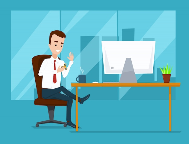 Uomo d'affari che si siede nell'ufficio al computer e che gioca nel filatore. città dietro un'ampia finestra